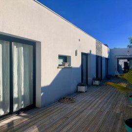 Bordeaux Caudéran Les Orangers, maison de plain-pied de 180 m2 avec piscine couverte, jardin, terrasses, stationnements, 4 chambres